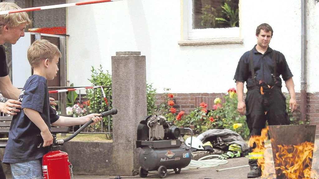 Früh übt sich: Bei der Ausstellung in der Bahnhofstraße konnte man selbst unter anderem ein Feuer löschen. Zwei Fotos: Georg/nh