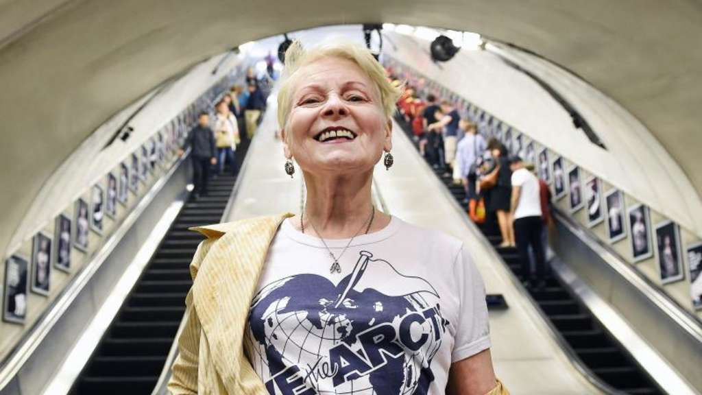 Vivienne Westwood im Arktik-Shirt in der Waterloo Station. Foto: Andy Rain