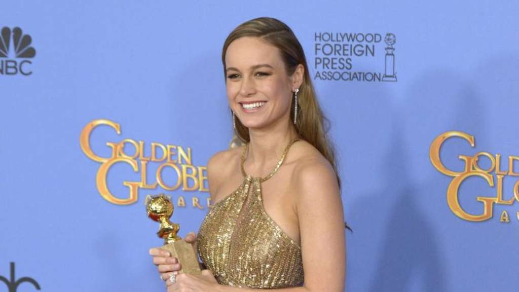 Globe-Gewinnerin Brie Larson glitzert in Gold. Foto: Paul Buck