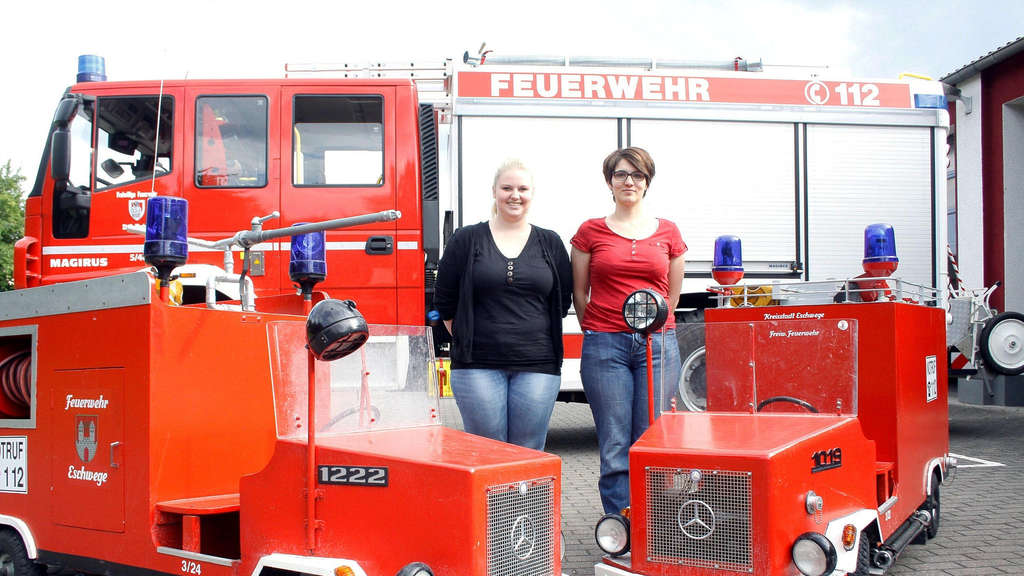 Wollen in Wanfried eine Kinderfeuerwehr aufbauen: Erzieherin Sophie Reimuth (links) und Feuerwehrfrau Isabell Fischer erwarten die Wanfrieder Kinder am Samstag zu einem Schnuppertag. Dann kann man auch die Feuerwehrautos unter die Lupe nehmen. Foto:Stück