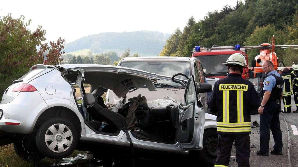 Tödlicher Unfall auf der B 7: 54-Jähriger stirbt in Autowrack ...
