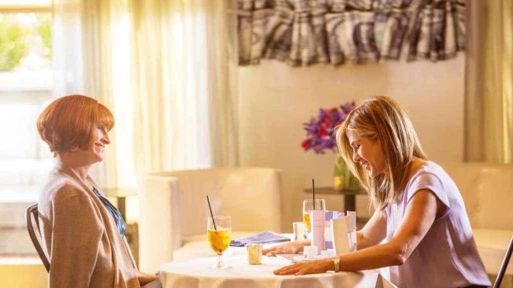 "Julia Roberts (l) und Jennifer Aniston spielen in Garry Marshalls letztem Film ""Mother&#39s Day"" - einer turbulenten Komödie mit Happy End. Foto: Ron Batzdorff/Mothers Movie LLC"