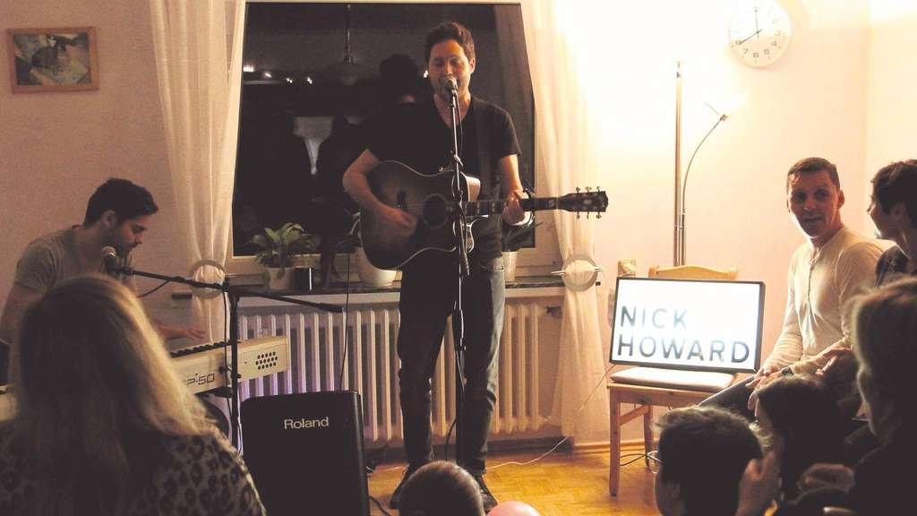Snger Nick Howard Gibt Konzert Im Wohnzimmer Von Unhuserin