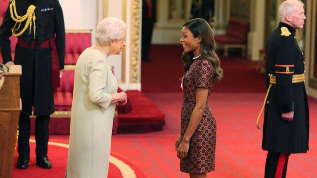 "Königin Elizabeth II. verleiht den Orden ""Most Excellent Order of the British Empire"" an Naomie Harris. Foto: Yui Mok"