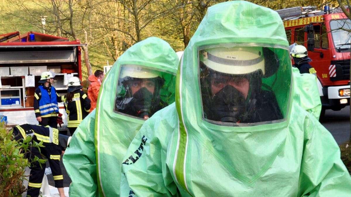 Feuerwehr Sontra trainiert Chlorgasaustritt im Freibad   Sontra