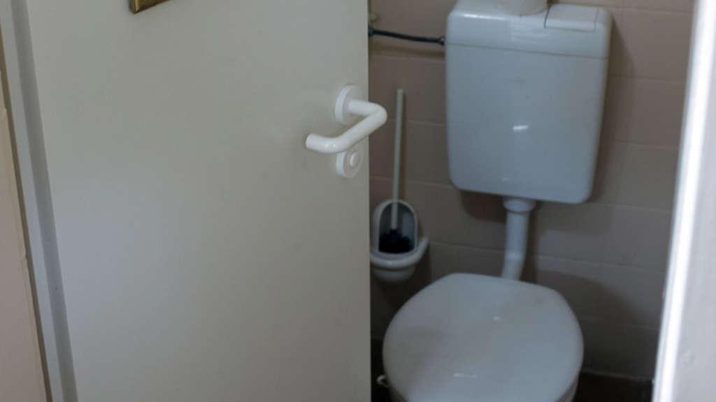 Doppelfick Auf Der Uni-Toilette
