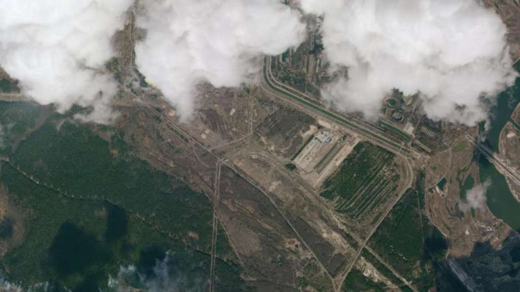 Die Satellitenaufnahme zeigt einen Blick auf Rauchwolken eines Waldbrands in der Sperrzone um das stillgelegte Atomkraftwerk Tschernobyl. Foto: Planet Labs Inc/dpa